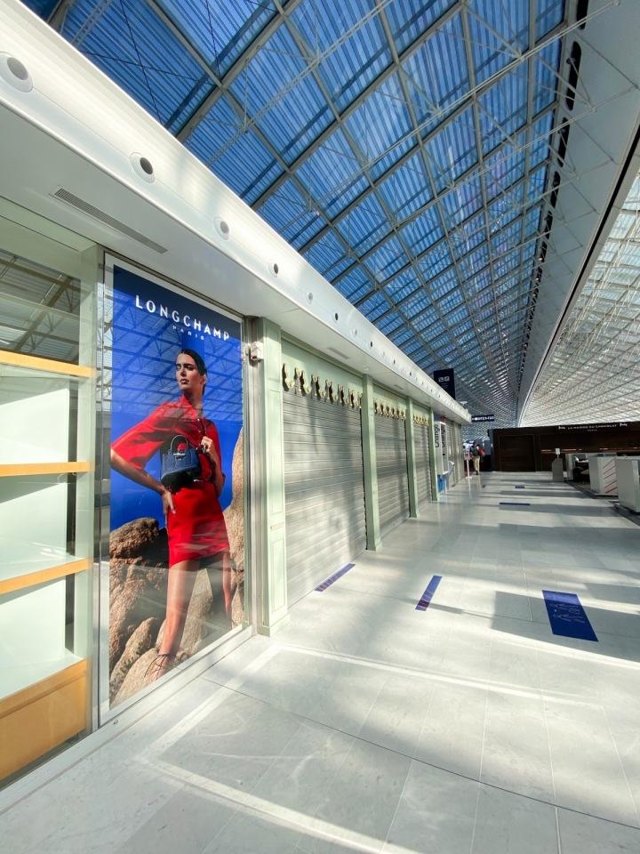 Odletová hala na letišti v Paříži.