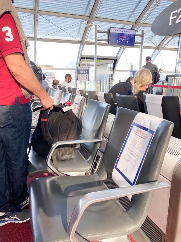 Povolené je sedět na každém druhém sedadle