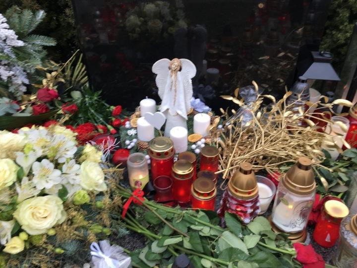 Přímo u náhrobní desky stojí andělíček.