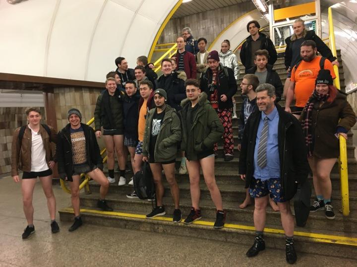 Pár nadšenců se už po deváté sešlo v pražském metru na jízdu bez kalhot.