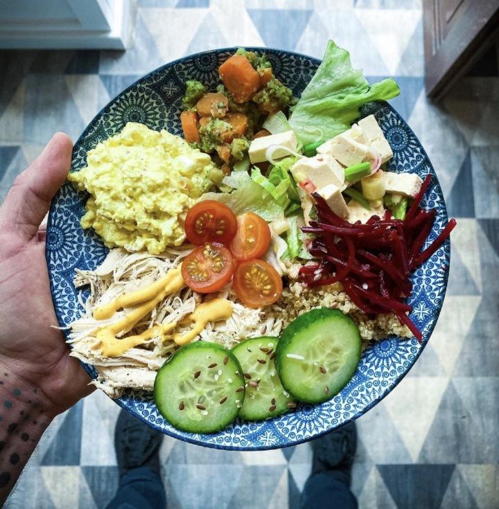 Jídlo nemusí být nuda, pestrý salátový talíř