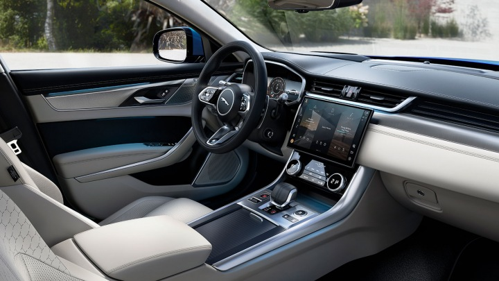 Interiér vozu Jaguar XF.