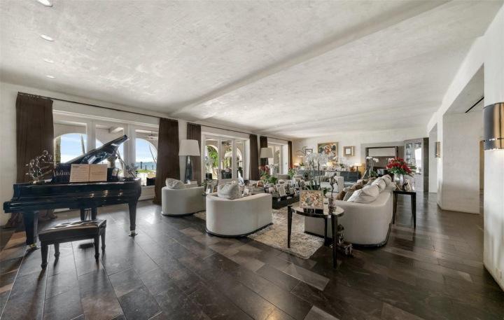 V jednom z pokojů se nachází i křídlový klavír