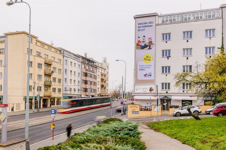 Část Prahy s reklamní plachtou