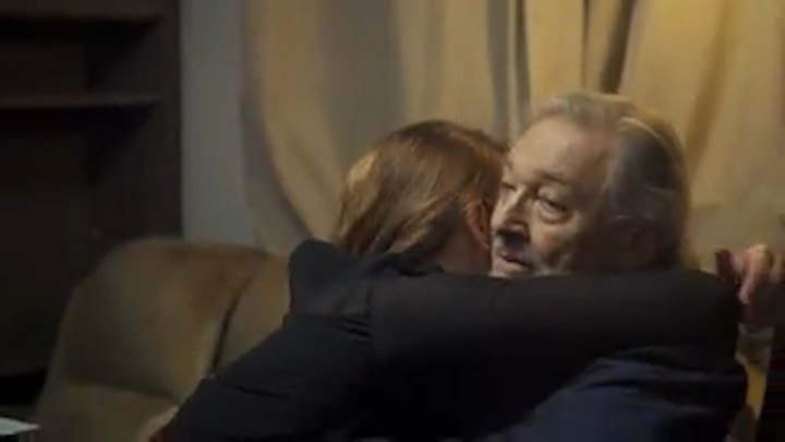Záběry z filmu: Ivana objímá Karla.