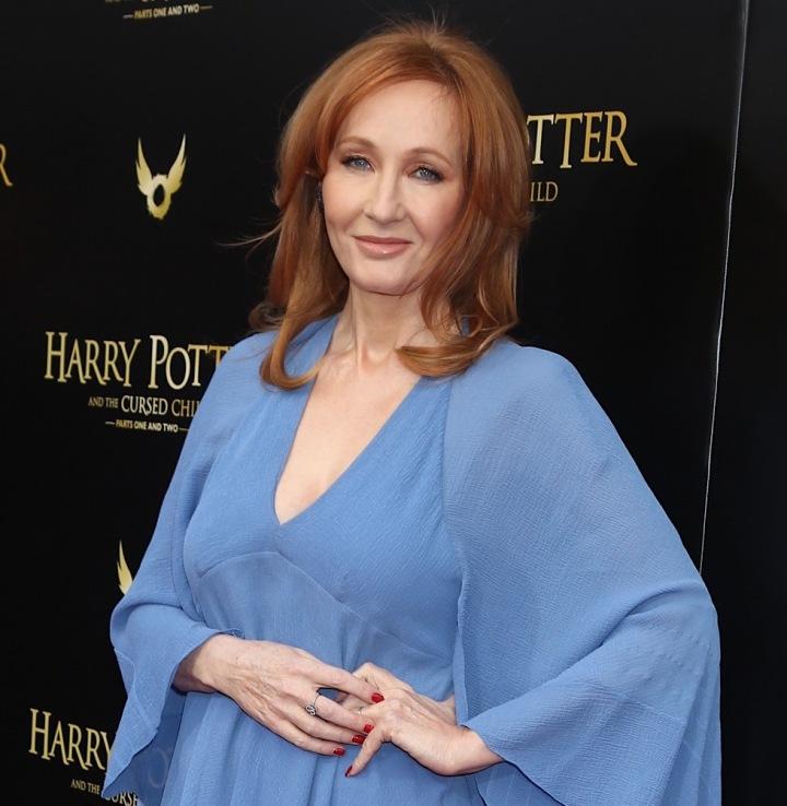 J. K. Rowling stojí ve světle modrých šatech