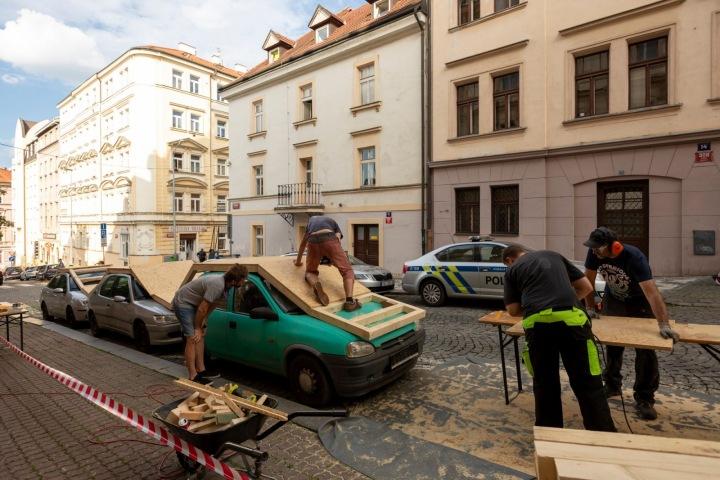 Před radnicí Prahy tři můžete díky Benedettu Buffalinimu skákat po autech.