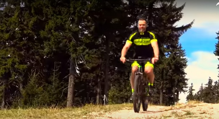 Už i Jaromír Jágr objevil kouzlo jízdy na kole.