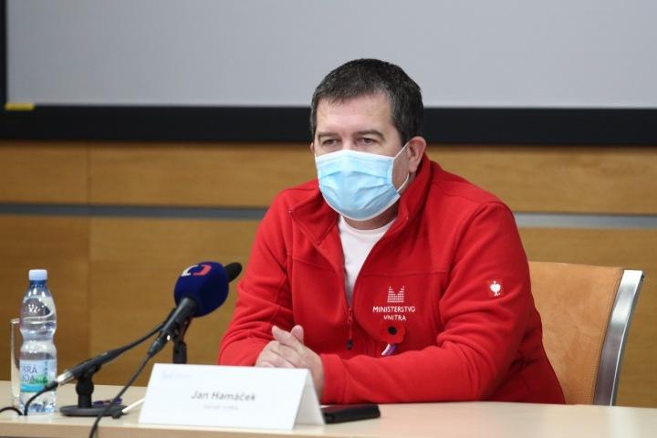 Jan Hamáček v červeném svetru