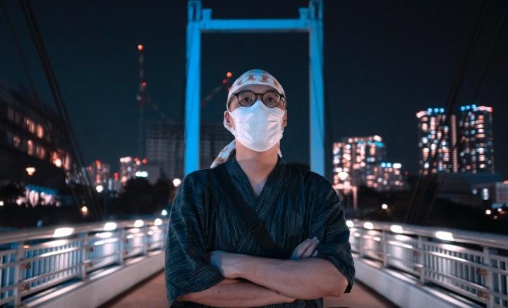 Muž s rouškou v Tokyu