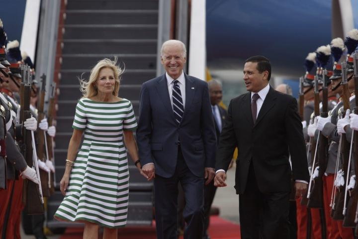 Jill Biden v bílozelených pruhovaných šatech