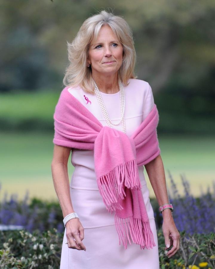 Jill Biden v pastelově růžových šatech