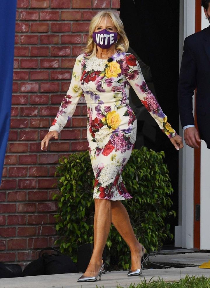 Jill Biden v šatech s květinovým vzorem