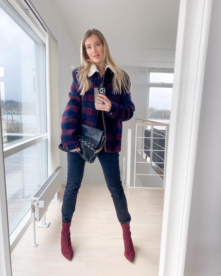 Jitka Nováčková v kostkované bundě a modrých džínách