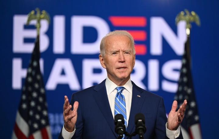 Joe Biden s modrou kravatou