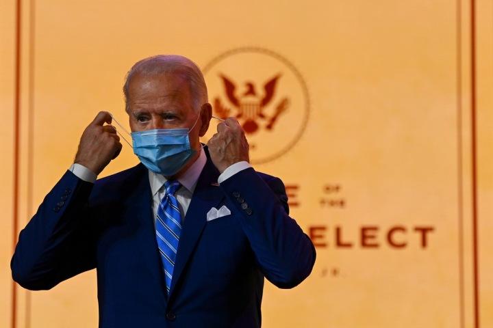 Joe Biden s rouškou.