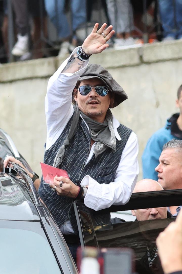 Johnny Depp zdraví své fanoušky.