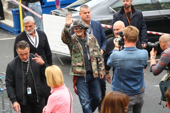 Johnny Depp cestou do divadla.