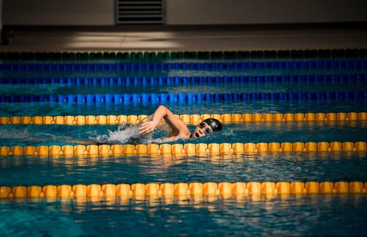 Chlapec plave v bazénu