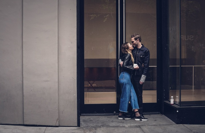 Pár si dává polibek na ulici