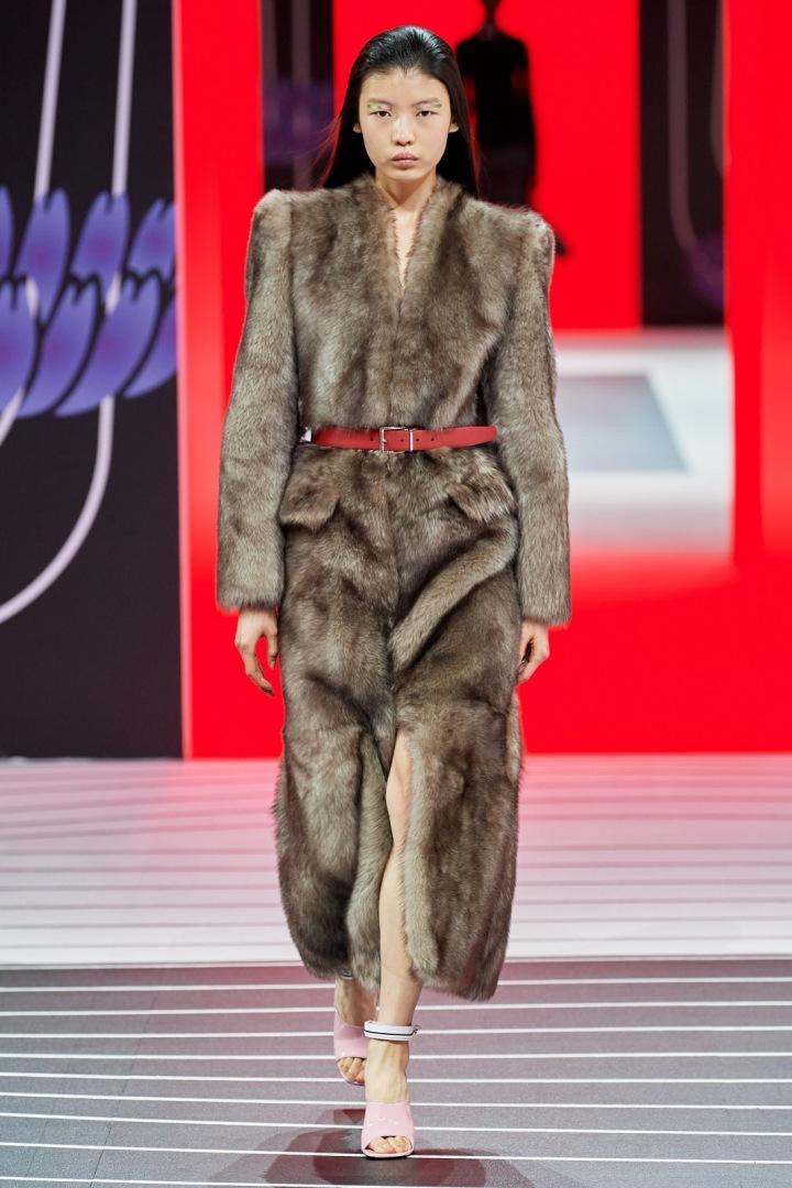 Žena v kabátu Prada