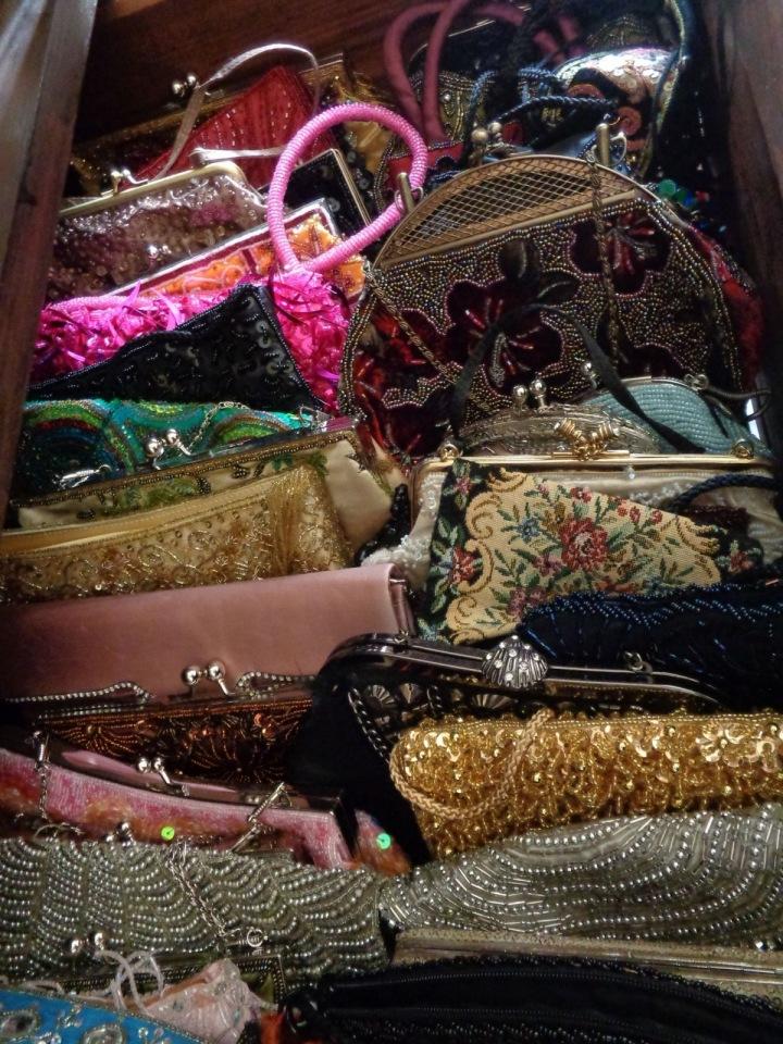 Komu patřily tyto kabelky?