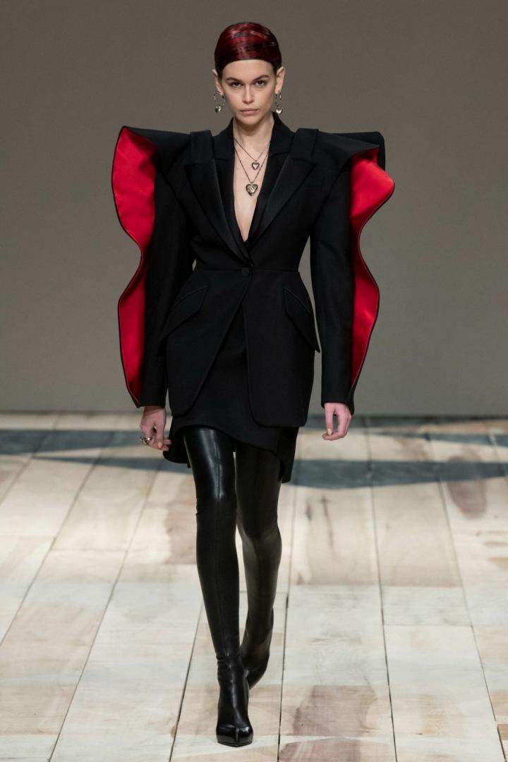 Kaia Gerber v černém obleku Alexander McQueen