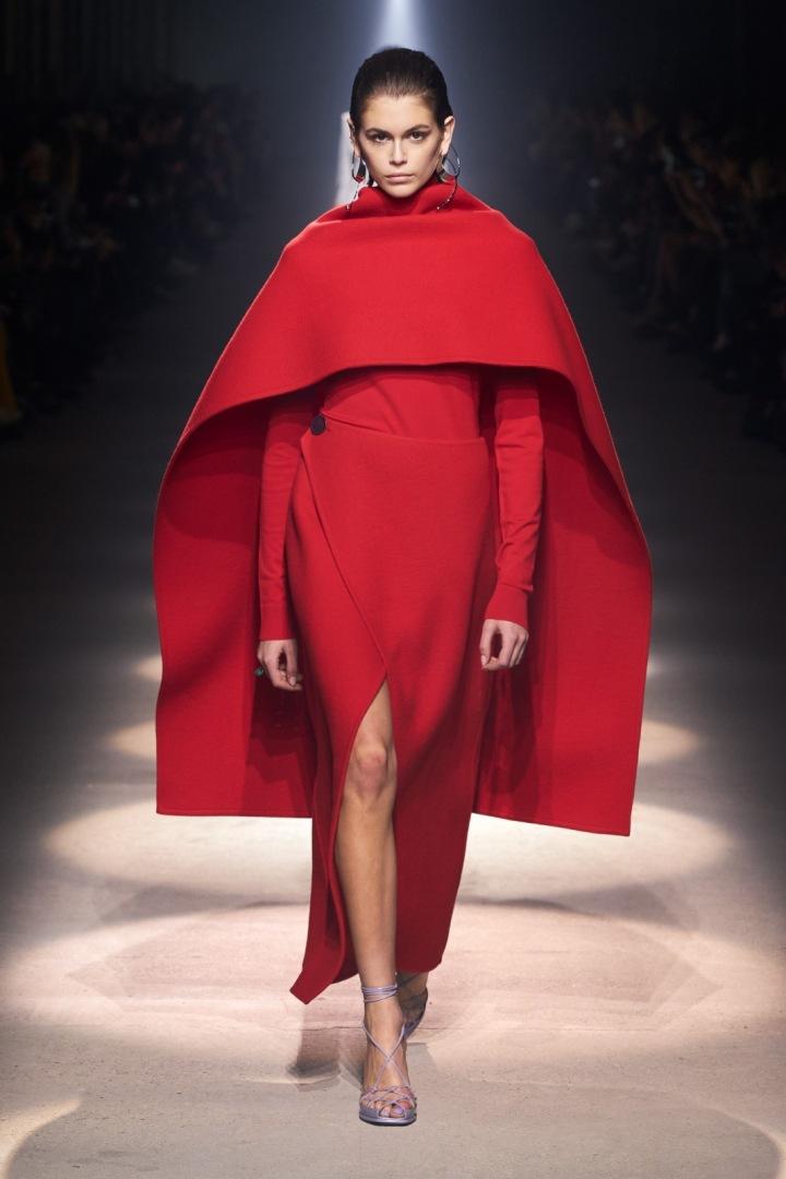 Kaia Gerber v červené peleríně Givenchy