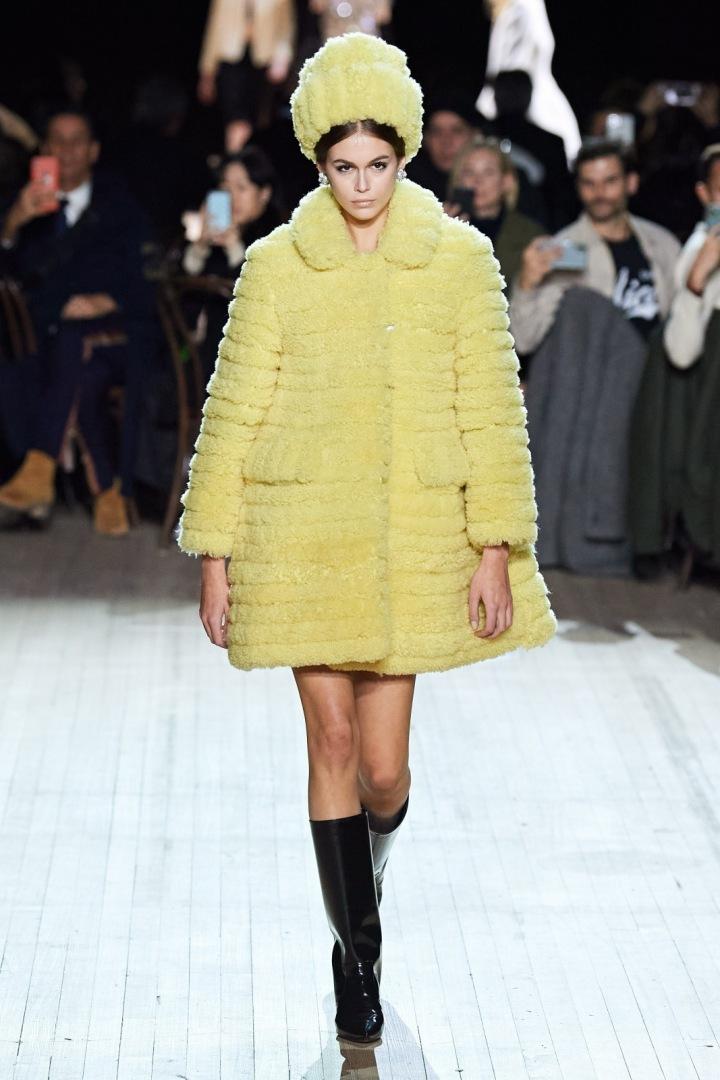 Kaia Gerber ve žlutém modelu Marc Jacobs