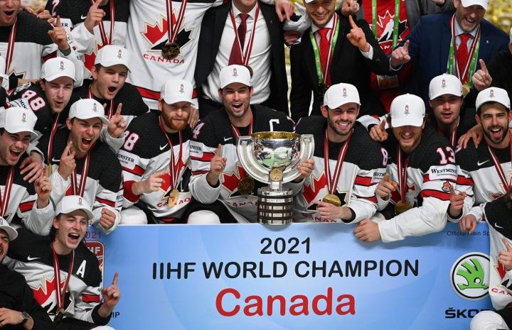 Hokejisté Kanady s pohárem.