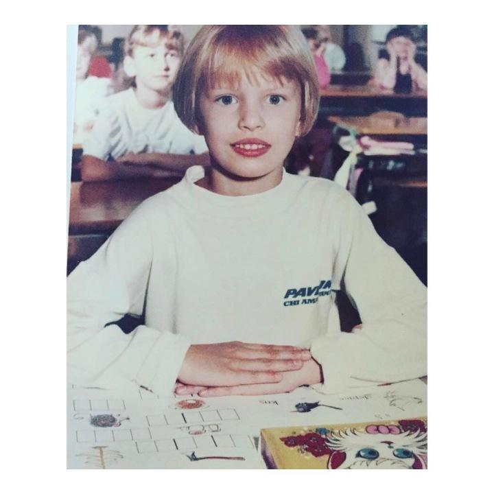 Karolína Kurková ve škole.