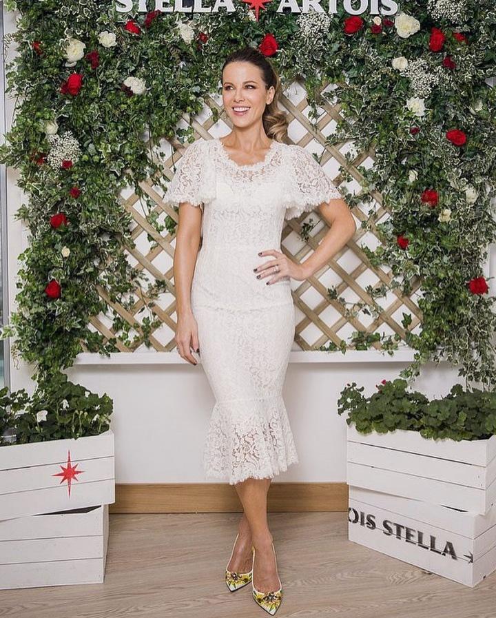 Kate Beckinsale v bílých šatech Dolce & Gabbana