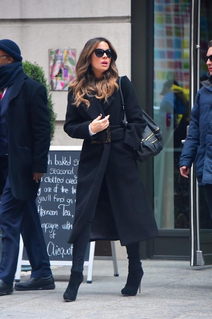 Kate Beckinsale v černém kabátu na ulici