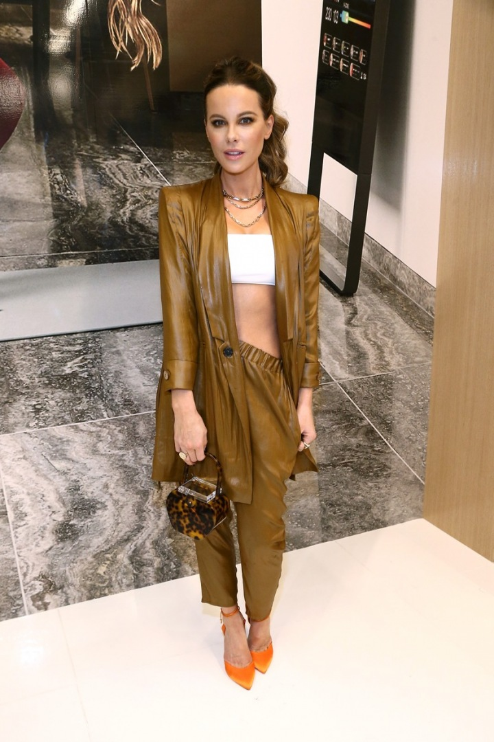 Kate Beckinsale v koženém outfitu