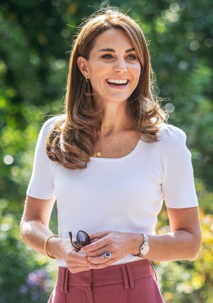 Kate Middleton v bílém tričku