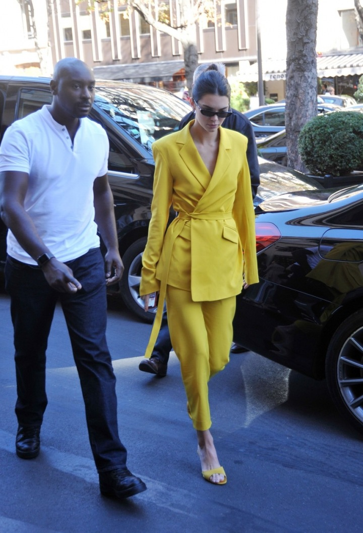 Kendall Jenner ve žlutém obleku