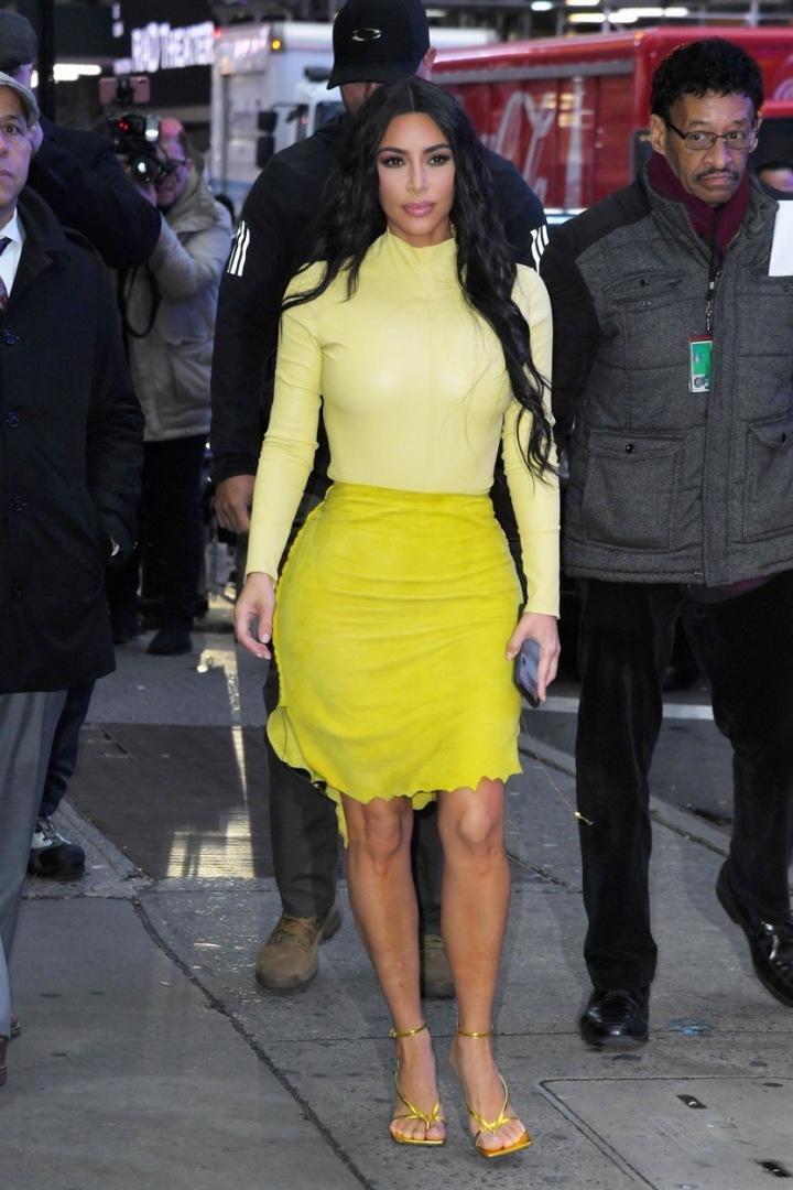 Kim Kardashian ve žlutém outfitu