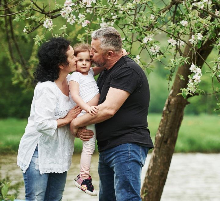 Rodiče objímající své dítě