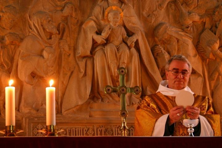 Kněz během bohoslužby.