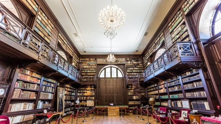 Knihovna disponuje vzácnými díly.