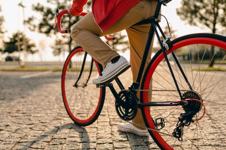 Muž jede na kole.