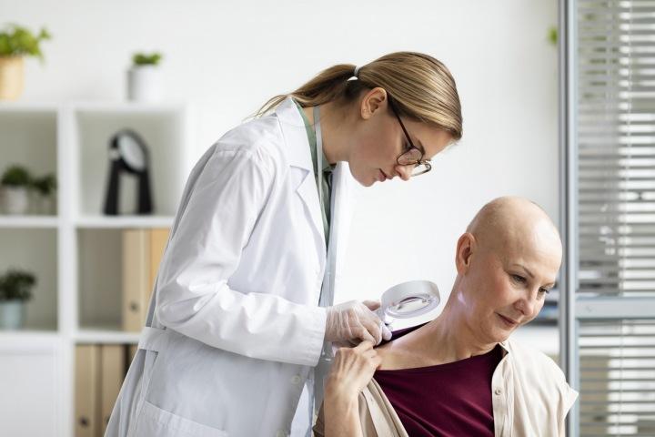 Doktorka kontroluje nemocnou pacientku