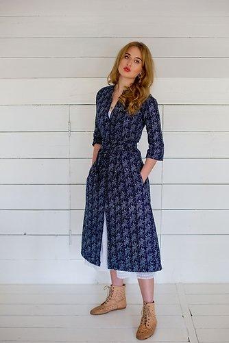 Modrotiskové midi šaty