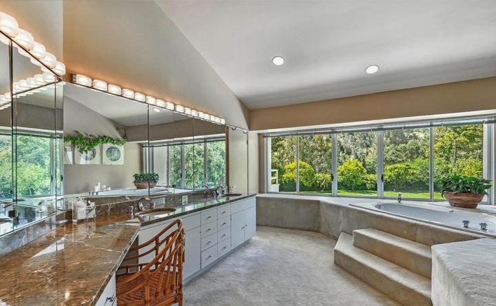 Koupelna s mramorem, dům od Adele v Beverly Hills