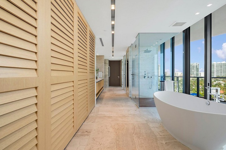 Koupelna s vanou v prostoru.