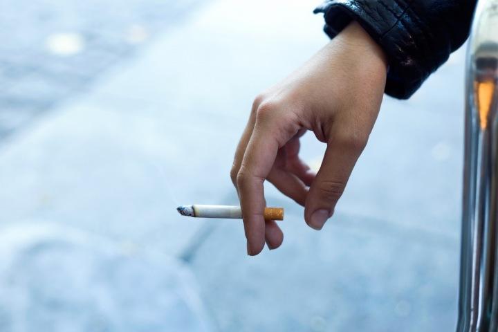 Cigareta v ruce.