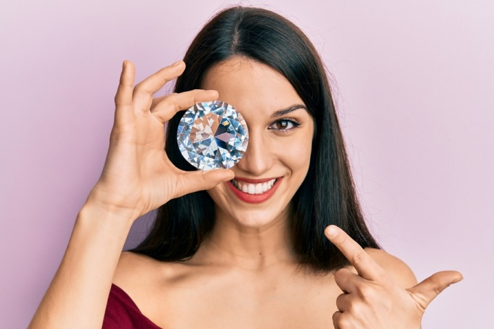 Krásná dívka s obrovským diamantem