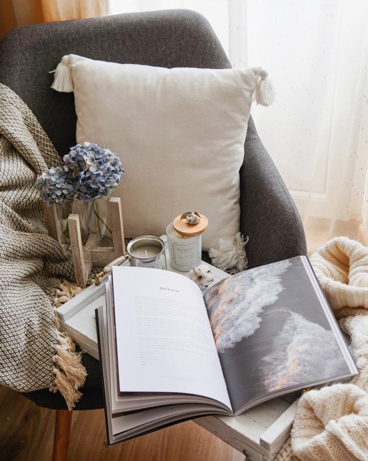Křeslo, stůl a kniha