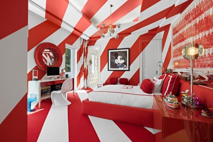 Křiklavě pruhovaný pokoj pro hosty