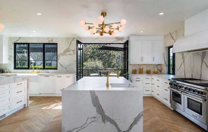 Kuchyň zpěvačky a návrhářky Rihanny, Beverly Hills